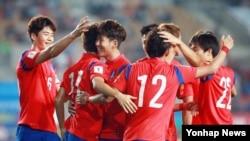 지난해 9월 경기도에서 열린 2018 러시아 월드컵 아시아 지역 예선 경기에서 라오스를 상대로 첫 골을 성공시킨 한국 선수팀이 환호하고 있다. (자료사진)