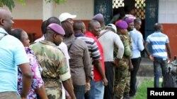 Des militaires mêlés aux autres électeurs lors de l'élection d'octobre 2015 à Brazzaville.