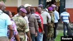 刚果军队士兵与其他选民一起在投票站前排队投票(2015年10月25日)