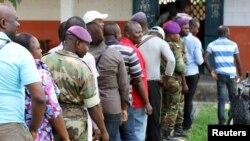 Militaires votant à Brazzaville, Congo, 25 october 2015. (REUTERS/Roch Baku)
