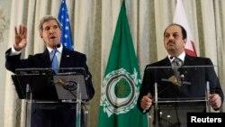 美國國務卿克里(左)與卡塔爾外交大臣哈立德•阿提亞(右) (資料照片)