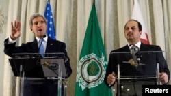 Menlu AS John Kerry menjawab pertanyaan wartawan dalam sebuah konferensi pers bersama Menlu Qatar Khalid Al Attiya (kanan) di Kedutaan Besar AS di Paris (Foto: dok).