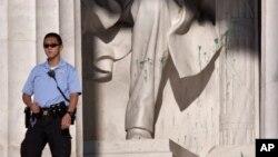 7月26日一名美国公园警察在被泼了绿漆的林肯像旁站岗