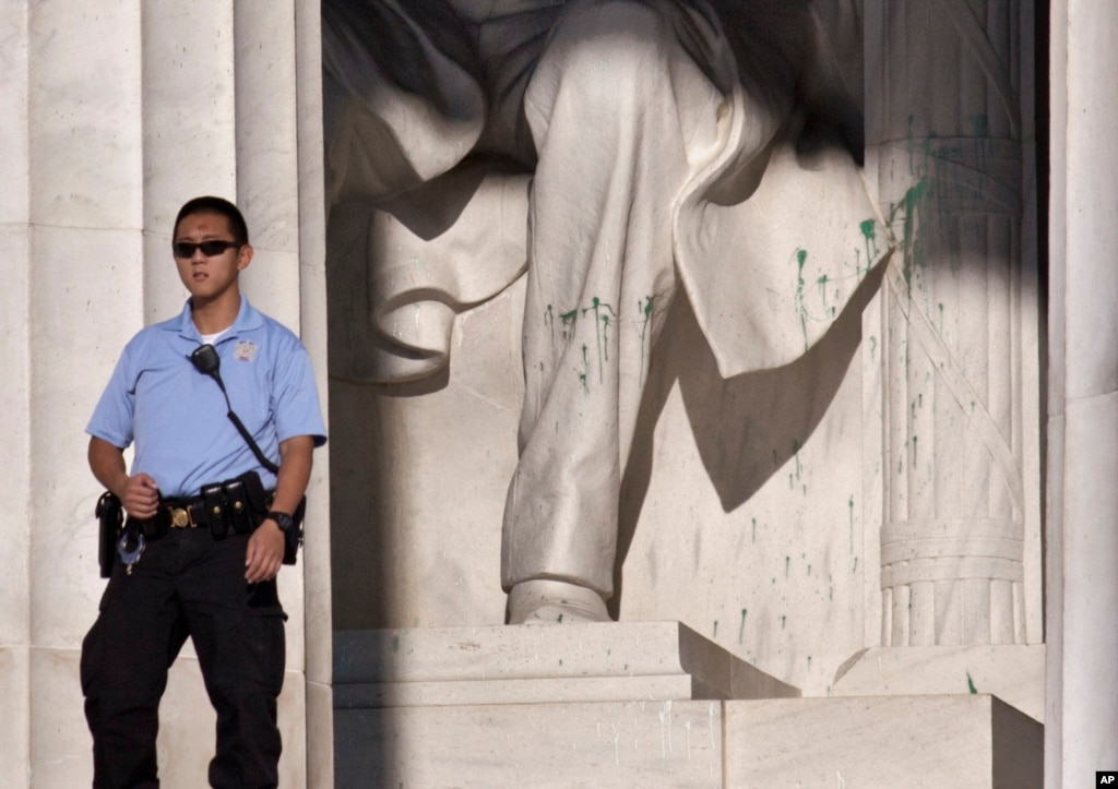 Lincoln Memorial Cleaned After Vandalism