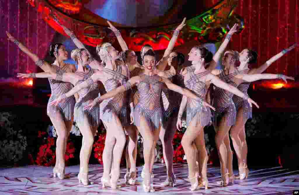 无线电城音乐厅火箭女郎舞蹈团在纽约洛克菲勒中心的圣诞树亮灯仪式上表演(2007年)。在这种节日庆典中,在纽约第五大道名店圣诞橱窗揭幕式上,都有她们的身影。