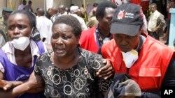 Thân nhân của một nạn nhân vụ tấn công trường học bật khóc khi nhìn thấy thi thể người thân tại nhà quàn Chiromo ở Nairobi, Kenya, ngày 7/4/2015.
