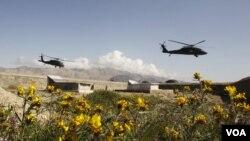 Helikopter militer AS, Black Hawk, terbang melintasi sebuah taman pemakanan di Methar Lam, provinsi Langhman (foto: dok).