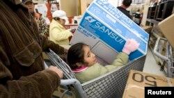미국 캘리포니아주 오클랜드의 월마트에서 고객들이 물건을 구매하고 있다. (자료사진)