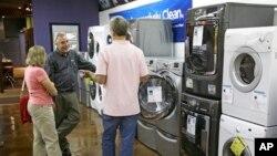 가전매장을 둘러보는 미국 소비자들. (자료사진)