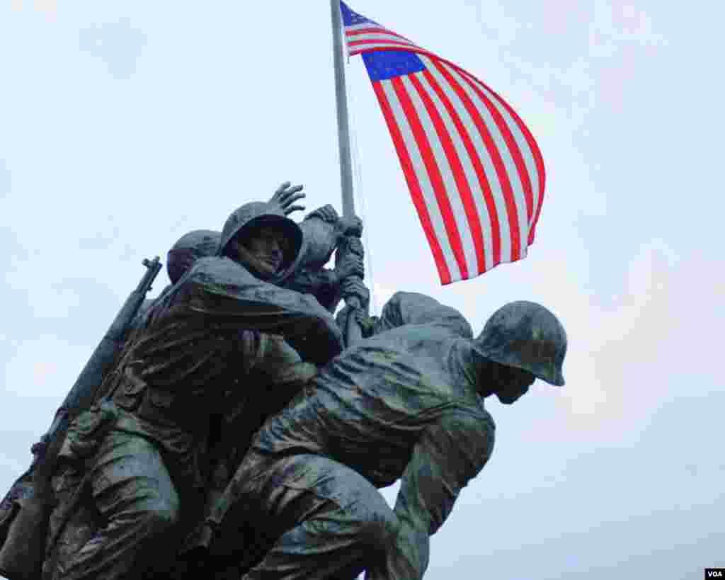 Флаг над монументом Мемориала Корпуса морской пехоты США