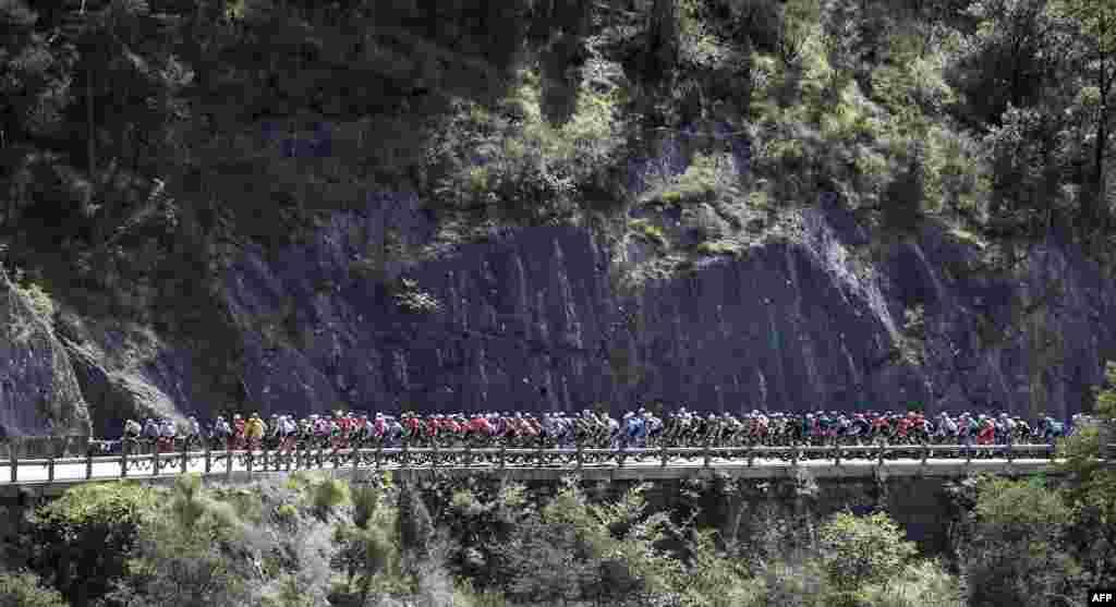 អ្នកជិះកង់ប្រណាំងជាក្រុមធ្វើការប្រណាំងនៅក្នុងវគ្គទី២នៃការប្រណាំងកង់ Tour de France លើកទី១០៧ ដែលមានចម្ងាយ១៨៧គ.ម. នៅក្នុងក្រុង Nice ប្រទេសបារាំង។