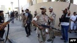 Phe nổi dậy đi tuần tra vì có tin cho rằng 1 trong những người con của ông đã trốn bên trong 1 tòa nhà ở Tripoli, Libya, Thứ Tư 24/8/2011