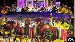 Los altares con fotos de seres queridos ya fallecidos y con comida para ellos son tradicionales en la celebración. Este altar es uno de los cientos que fueron exhibidos en el cementerio Hollywood Forever.