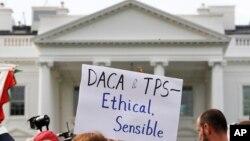 گروهی از جوانان مهاجر در مقابل کاخ سفید.