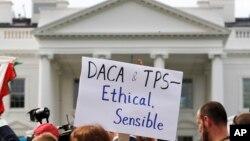Người biểu tình phản đối chính sách liên quan tới DACA bên ngoài Nhà Trắng.