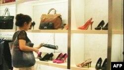 Nhu cầu về các mặt hàng xa xỉ gia tăng là mối lợi lớn cho các cửa hàng bán các mặt hàng hiệu của các nhà sản xuất nổi tiếng như Prada, Gucci, Fendi...