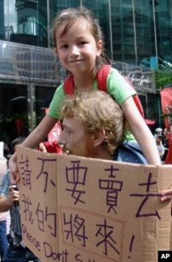 参加占领运动的示威者举着横幅