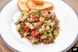 Salad Salmon dan kacang lentil dari resep makanan sehat Melissa d'Arabian, 24 Juni 2017.