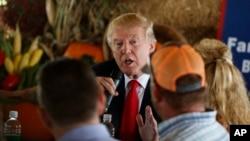 미국 공화당의 도널드 트럼프 대선 후보가 24일 플로리다 보인턴비치의 재래시장에서 지역 농부들과 만남을 가졌다.
