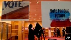 資料照片-一名女士在堪薩斯州奧弗蘭公園橡樹園商城提前投票。 (2020年10月17日)