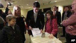 미국 선거일인 6일 위스콘신주 제인스빌에서 투표하는 폴 라이언 공화당 부통령 후보.