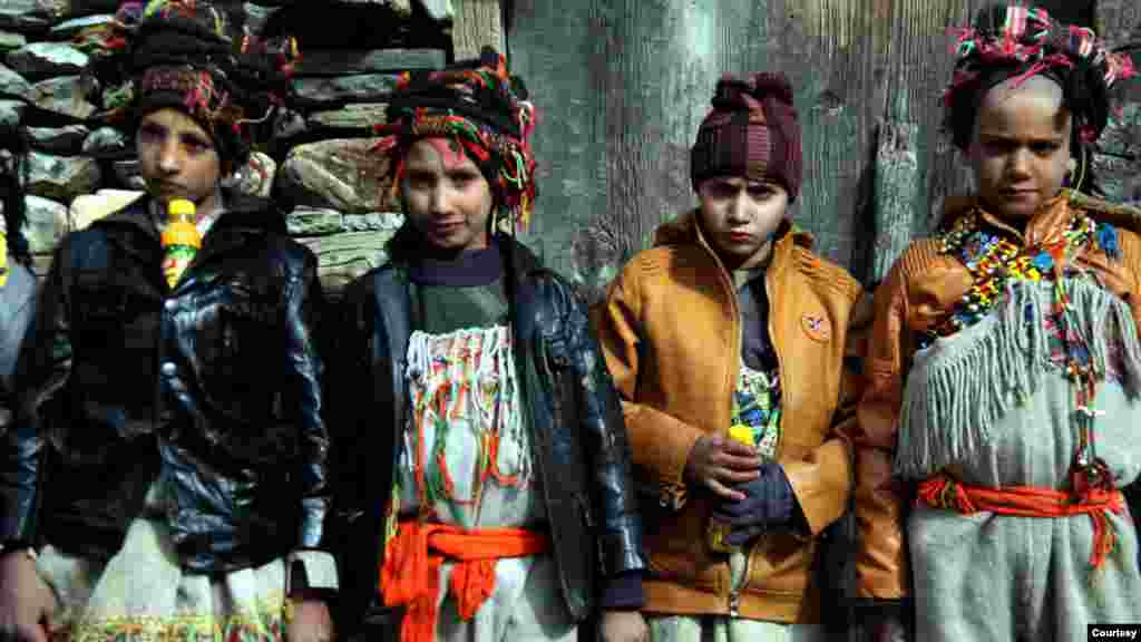 تہوار کے دوران بچے بچياں روايتی کيلاشی لباس زيب تن کيے تمام رسومات انتہائی عقيدت واحترام سے ادا کرتے ہيں۔
