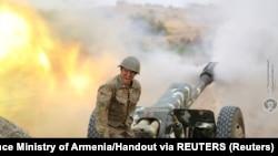 亚美尼亚国防部公布的照片显示,一名亚美尼亚族炮兵在纳-卡地区与阿塞拜疆军队交战。(2020年9月29日)