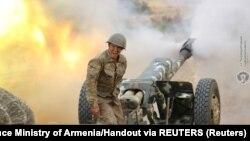 Seorang tentara etnis Armenia di Nagorno Karabakh menembakkan artileri ke posisi pasukan Azerbaijan.