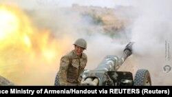 Umusirikare wo muri Armeniya atera vya muzinga ku basirikare ba Azerbaijani.