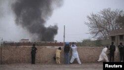Khói bốc lên ở Dera Ismail Khan sau một vụ đánh bom (ảnh tư liệu)