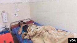 این مرد یکی از زخمیان حملۀ مسلحانه لغمان است که در شفاخانه ننگرهار بستری است