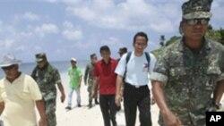 菲律賓國會議員與軍方官員2011年夏登上有主權爭議的中業島(資料圖片)