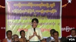 Pemimpin pro-demokrasi Birma, Aung San Suu Kyi menyambut para tahanan politik Birma yang baru saja dibebaskan di Yangon (21/10).