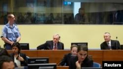 Mantan kepala intelijen Serbia, Jovica Stanisic (atas tengah), dan mantan wakilnya Franko Simatovic (atas, kanan) saat menantikan keputusan Mahkamah PBB di Den Haag, Belanda (30/5).