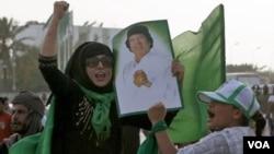 Para pendukung Gaddafi melakukan unjuk rasa sambil membawa poster pemimpin Libya di Tripoli (foto: dok.).