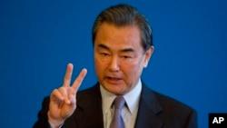 在中国与拉美国家举行了为期两天的会议后,中国外长王毅在钓鱼台国宾馆的记者会上讲话。(2015年1月9日)