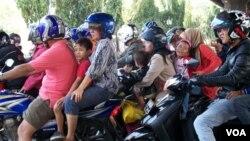 Para pemudik lebaran dengan sepeda motor (foto: Andylala/VOA). Dari jumlah kematian akibat kecelakaan di jalan raya, diperkirakan 70 persen korban tewas adalah pengendara sepeda motor.