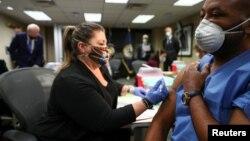 ARHIVA - Vakcinacija veterana u prisustvu predsjednika SAD Joe Bidena (Foto: Reuters/Tom Brenner)