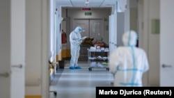 Ilustracija - Uprkos rigoroznim mjerama za sprječavanje širenja virusa, uključujući i policijski čas, od početka septembra gotovo svakodnevno se registruje preko 500 novih slučajeva koronavirusa. (Foto: REUTERS/Marko Djurica)