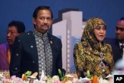 រូបភាពឯកសារ៖ ស្តេច Sultan Hassanal Bolkiah (រូបឆ្វេង) និងព្រះនាង Saleha យាងចូលរួមក្នុងពិធីទទួលទានអាហារពេលល្ងាច នៅក្នុងកិច្ចប្រជុំកំពូលអាស៊ានលើកទី២៧ នៅក្នុងក្រុងគូឡាឡាំពួ ប្រទេសម៉ាឡេស៊ី។