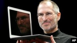 Pendiri Apple, mendiang Steve Jobs saat memperkenalkan salah satu produk laptop Apple, MacBook Air yang diluncurkan Januari 2008 (foto: dok).