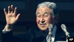 Nhật hoàng Akihito vẫy chào dân chúng tại cung điện hoàng gia ở Tokyo, ngày 23/12/2017.