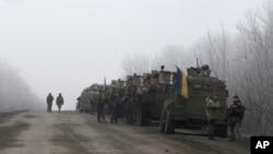 Đoàn xe quân sự Ukraine dừng trên 1 con đường giữa thị trấn Dabeltseve và Artemivsk, Ukraine, 14/2/2015.