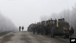 Konvoi Militer Ukraina terlihat sedang berhenti di jalan antara kota Dabeltseve dan Artemivsk, Ukraina (14/2).