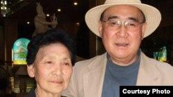 مون جائه پاک در کنار خواهرش کیونگ - پیونگ یانگ، سال ۲۰۱۱