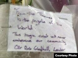 """Lãnh đạo Hội đồng địa phương Thurrock, ông Rob Gledhill viết: """"Từ sông Thames gửi người dân thế giới: Sự kiện thảm khốc này sẽ không bao giờ làm phương hại cộng đồng chúng ta."""""""