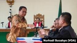 Kepala Dinas PUPKP Kota Yogya Agus Tri Haryono (berbatik) dalam sidang Rabu (15/1).