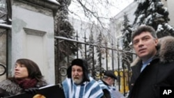 Russian opposition leader and former Vice-Prime Minister Boris Nemtsov stages a protest in front of the Belarus embassy in Moscow in support of journalists arrested in Belarus, on December 27, 2010.