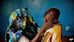 Mwanamke mmoja muathiriwa wa ubakaji huko DRC, akimfariji mtoto wake katika mji wa Fizi, February 20, 2011