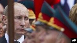 Vladimir Putin Noma'lum Askar qabriga gulchambar qo'yish marosimida, Moskva, 8-may, 2012-yil